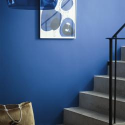 betongtrappa klarblå vägg modern konst